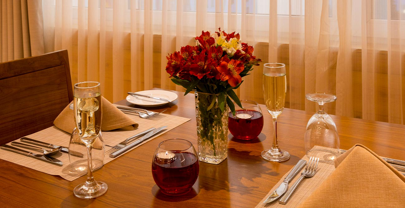 Well decorated dining table at Araliya Red