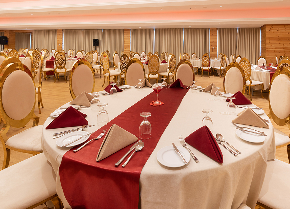 Table arrangement at a wedding hall of Araliya Red